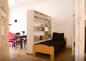 Blick ins Berliner Zimmer vom Flur (Bücher zurzeit in New York)